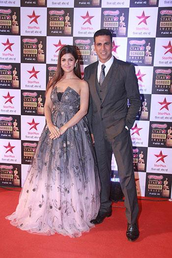 Nimrat_Kaur_Akshay_Kumar_Star_Screen_Awards_Hauterfly
