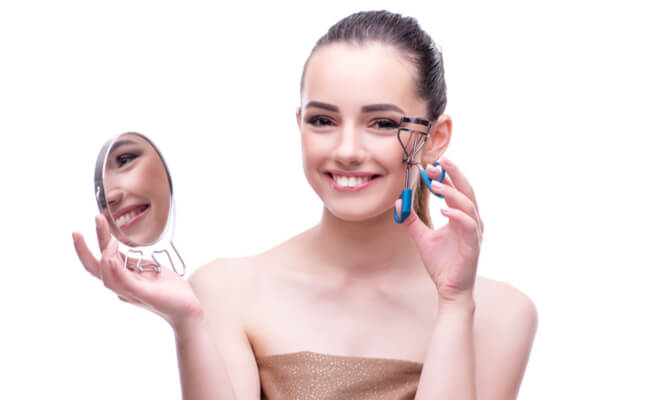 inpost-beauty hacks-eyelash curler (1)