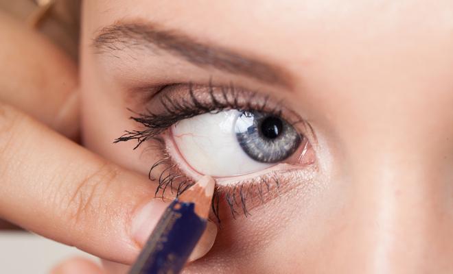 applying_makeup_beauty_white_eyeliner_hauterfly