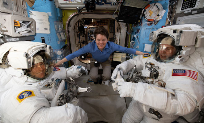 space-walk-women-websitesize-featureimage-hauterfly